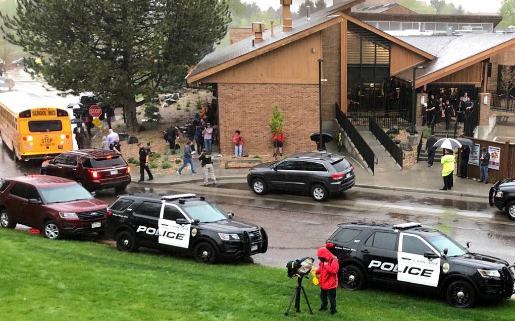 Store politistyrker utenfor STEM School Highlands Ranch etter tirsdagens skoleskyting. Foto: David Zalubowski / AP / NTB scanpix