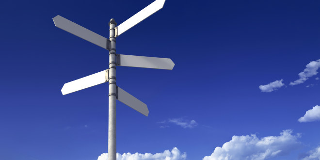Et veiskilt med fem pekere som mangler informasjon. I bakgrunnen blå himmel og hvite skyer.