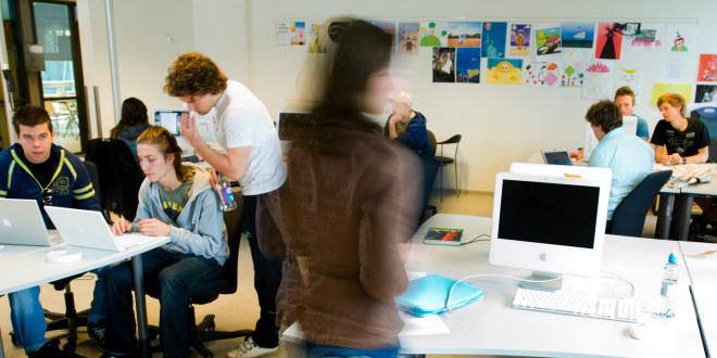 Elever som samarbeider foran PC i klasserom i videregående skole.