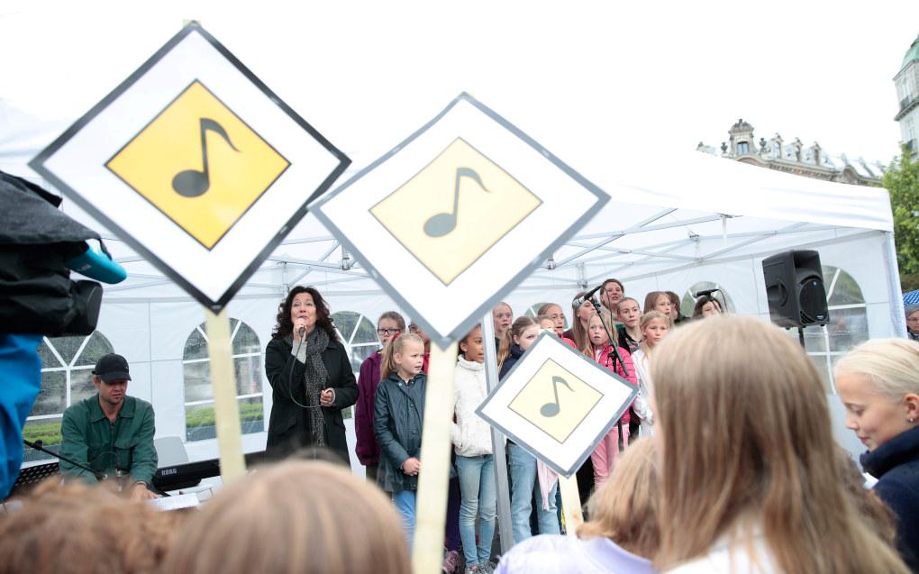 Med musikere og artister som Maj Britt Andersen i spissen, samlet en rekke organisasjoner seg onsdag foran Stortinget med markeringen «Syng ut for sang i skolen». Foto: Larsen, Håkon Mosvold / NTB scanpix