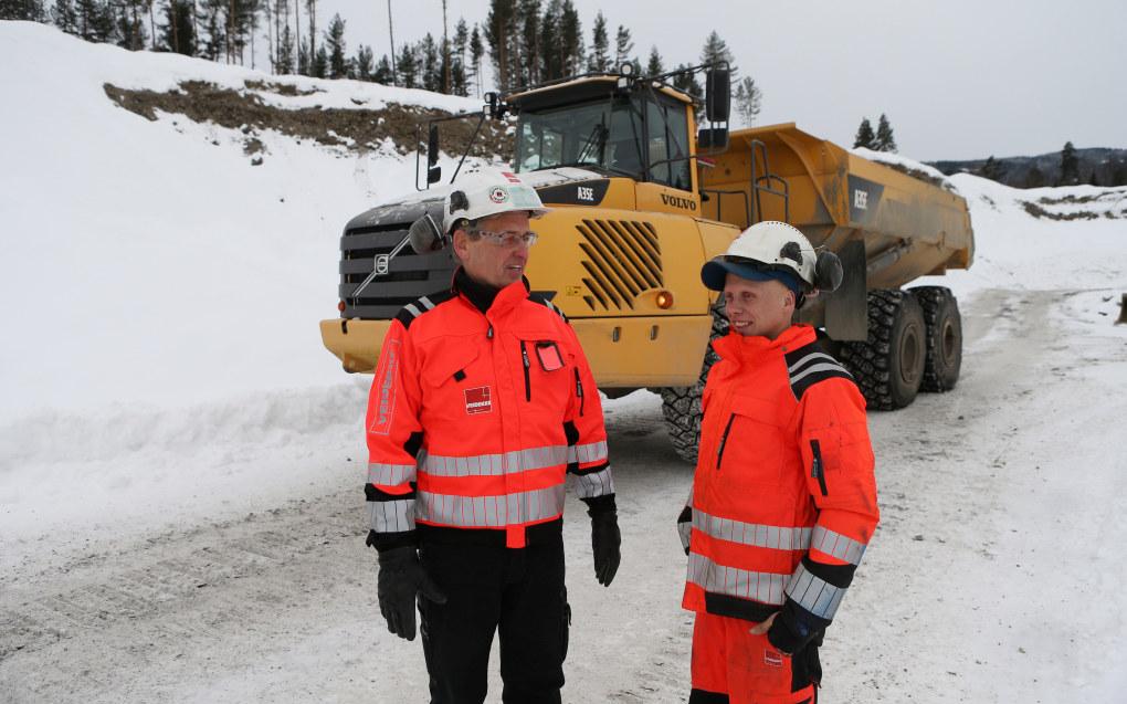 Alexander Letrud og anleggsleder Hans Petter Haugsrud i Hovemoen Grustak. Foto: Harald Vingelsgaard