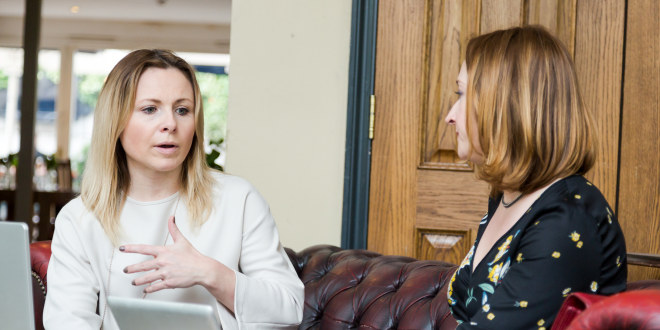 To kvinner i samtale.
