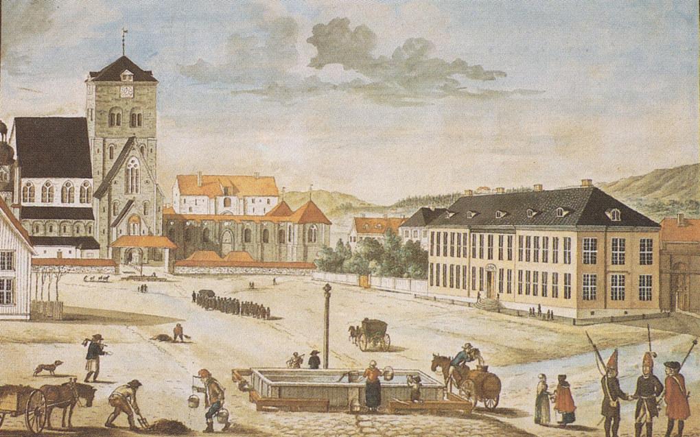 Domkirken og katedralskolen i år 1800, malt som akvarell av Johan Fredrik Leonard Dreier. Proporsjonene er forskjøvet, domkirken ligger ikke så nær skolen. Den gamle kirkegårdsporten og -muren med overbygd tak ble revet i 1818.
