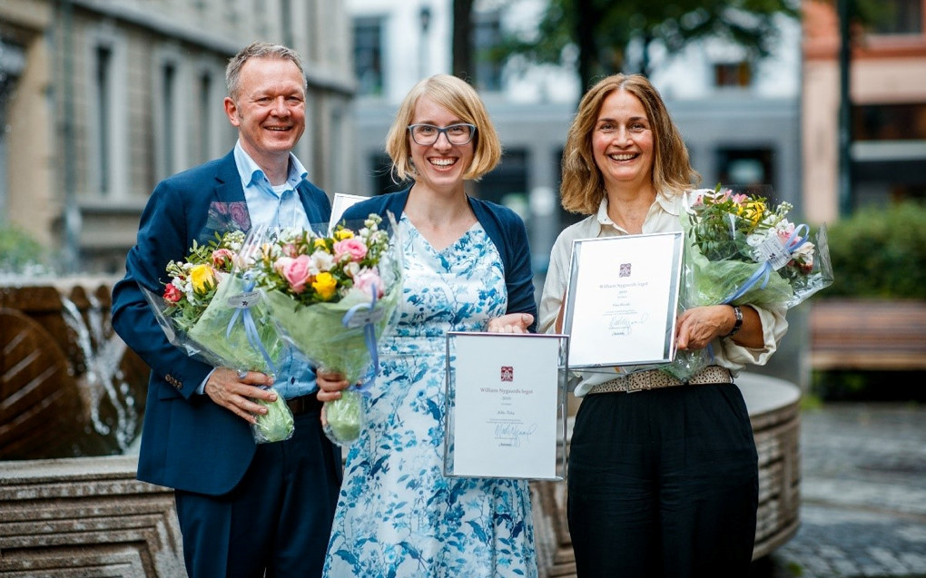 Prisvinnerne Geir Johansen, Julika Fiebig og Petra Biesalski er tildelt legatpris av forlegger og konserndirektør Mads Nygaard for tyskverket Leute. Foto: Aschehoug