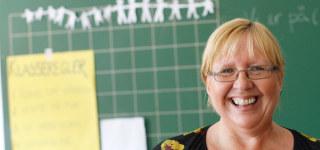 Kvinnelig lærer stående foran tavle