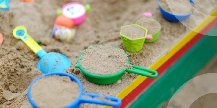 Sandkasse med leker.