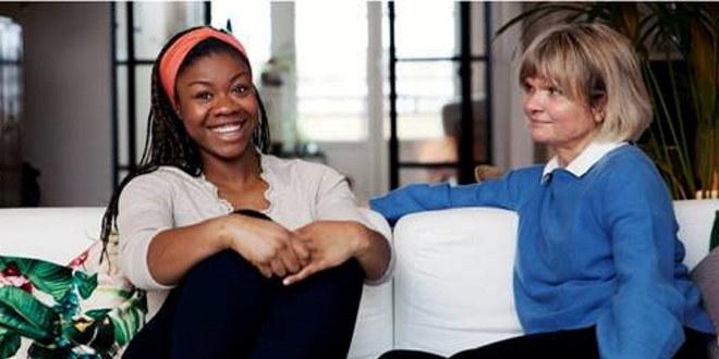 To kvinner på en hvit sofa