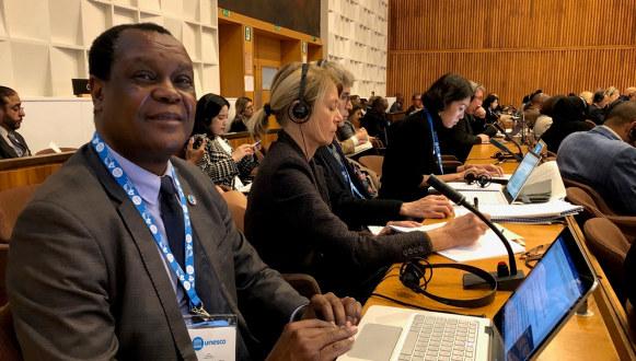 Bildet viser Dennis Sinyolo fra Education International i sin tale til UNESCOs Generalkonferanse i 2019. Fotograf Sidsel Aas.