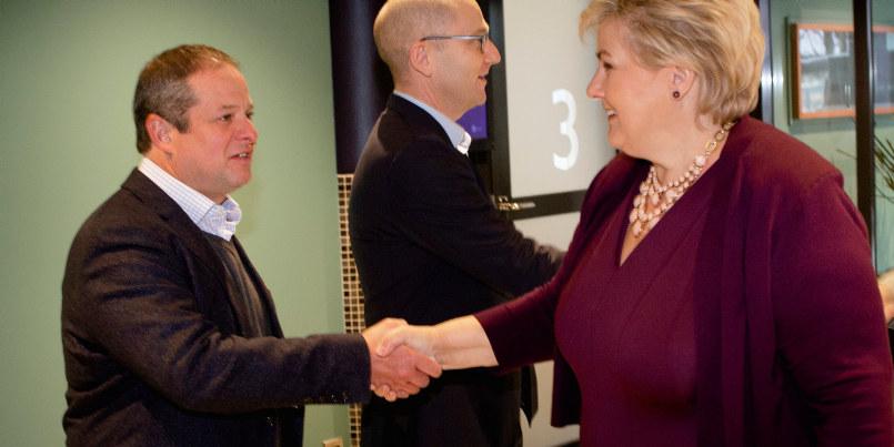 Bildet viser generalsekretær i Education International, David Edwards, som håndhilser på statsminister Erna Solberg under åpningen av Utdanningsforbundets landsmøte.