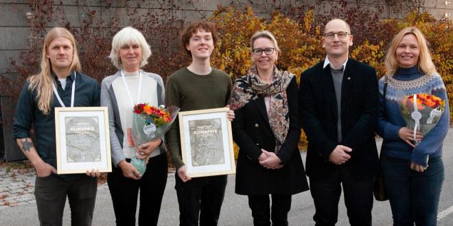 Vinnerne av Utdanningsforbundets klimapris 2019 med diplomer og blomster sammen med Steffen Handal