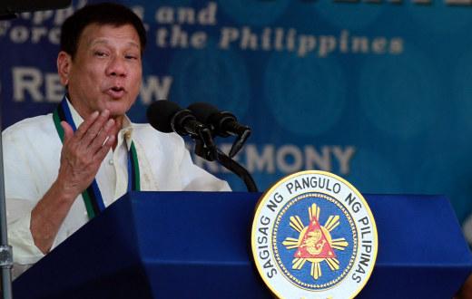 Filipinenes president Duterte holder en tale fra en talerstol med offisielt emblem på.