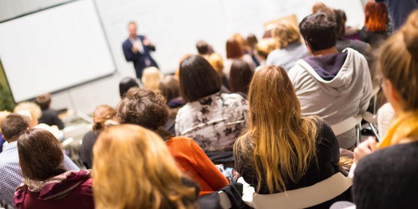 En foreleser i et auditorium
