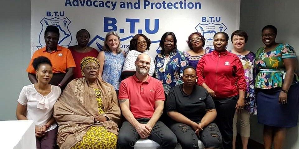 Bildet viser deltagerne på et møte i African Women in Education - AWEN