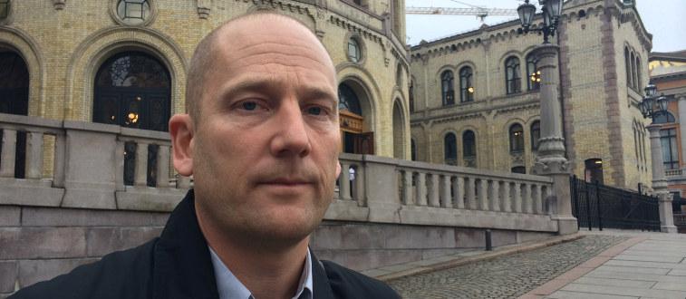 En alvorlig Steffen Handal står foran Stortinget
