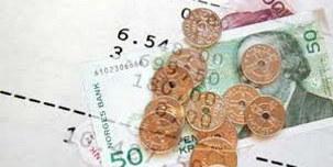 Bildet viser mynter og sedler, samt tall på et ark. Foto: Illustrasjonsbilde