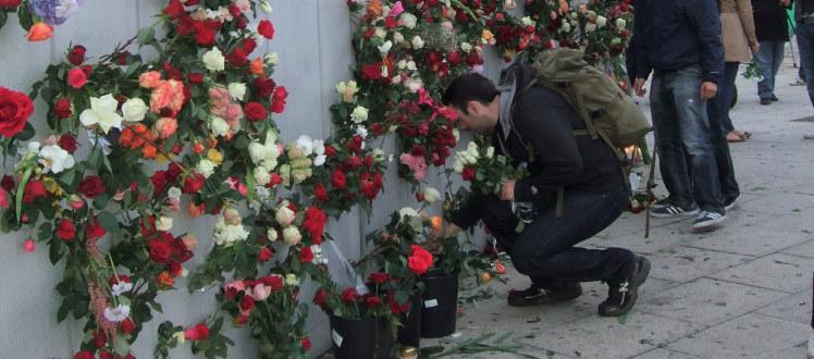Minnevegg med blomster for ofrene etter 22.juli . Ved Rådhuset i Oslo.