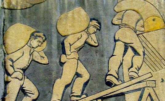 Freske med tre arbeidere som bærer sekker på ryggen