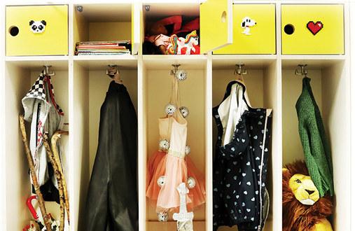 Bilde av ulike leker og klær i små barnehagehyller, som symboliserer rom og plass til alle barn.