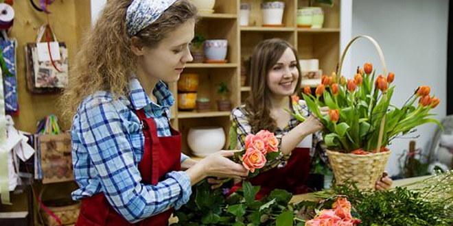 Bilde av en blomsterdekoratør som lager en blomsterbukett. Foto: Illustrasjonsfoto.