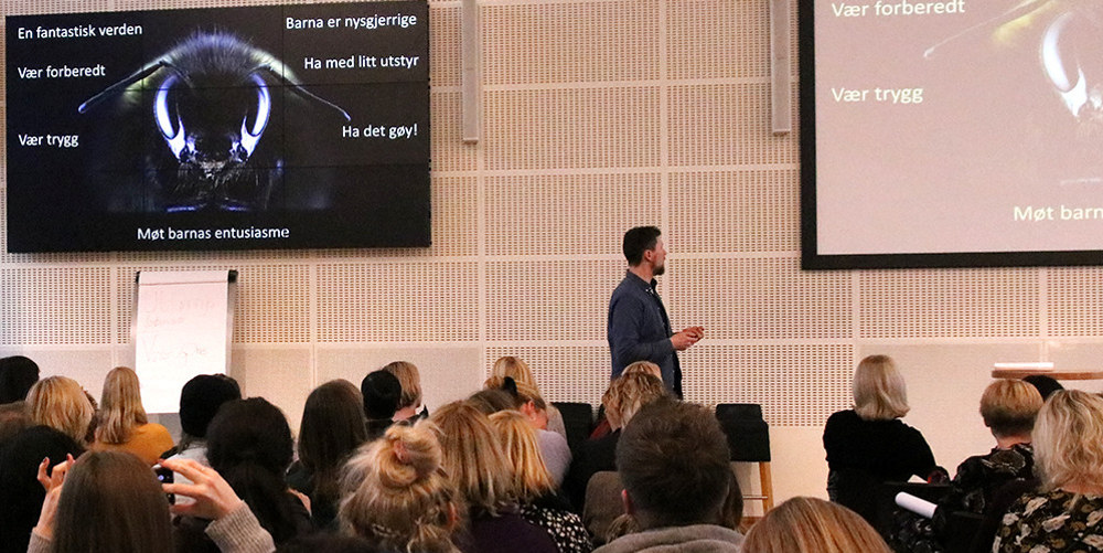 Bildet viser Asbjørn Magnar Hov fra Naturfagsenteret som snakket om insektenes fantastiske verden.