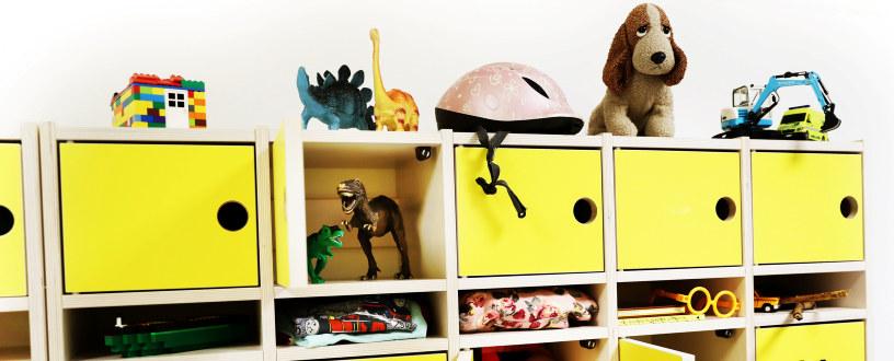 Bildet viser ulike leker og klær i små barnehagehyller, som symboliserer rom og plass til alle barn.