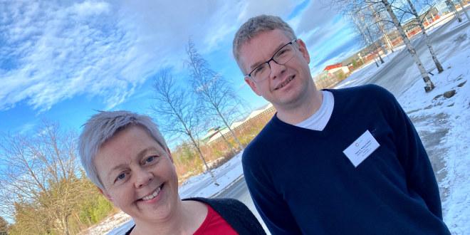 Lokallagslederne Gro Jørandrud og Kurt Faltin står ute i snøen og smiler.