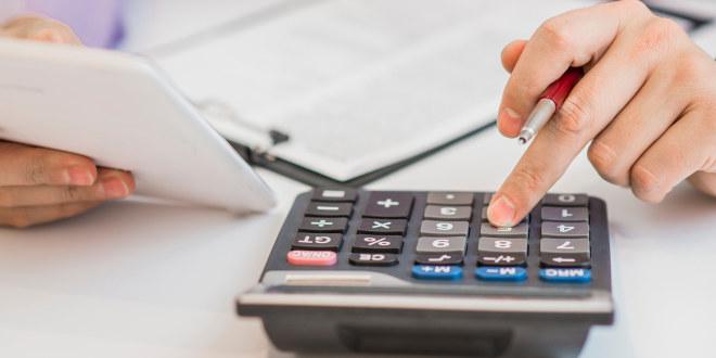 Person regner på en kalkulator