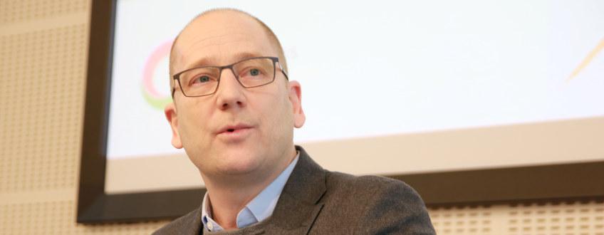Steffen Handal taler. Ser konsentrert ut.