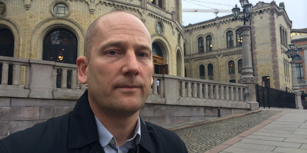 Steffen Handal står foran Stortinget. Er alvorlig.