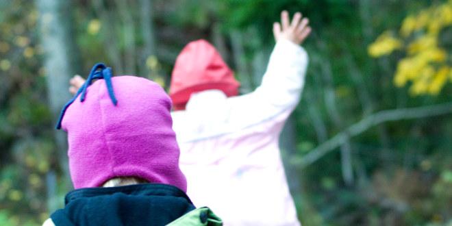 To barnehagebarn i lek fotografert bakfra