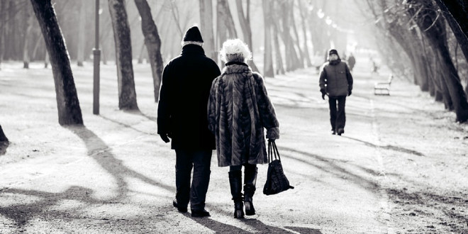 To gamle mennesker går på en vei.