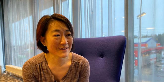 Cathrine Larsen fra Randaberg sitter i en lilla stol og blir intervjuet.
