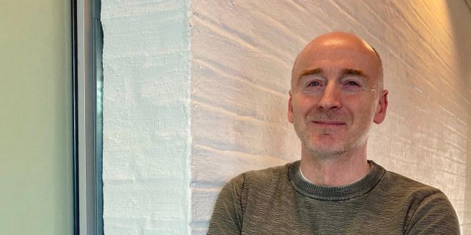 Lokallagsleder Tore Skaslien i Oppdal står lent inntil en vegg.