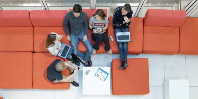 En gruppe elever i samtale fotografert i en sofa overnfra