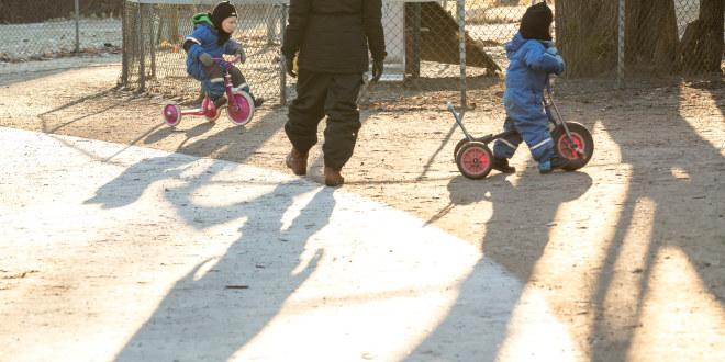 To barn på trehjulsykkel.