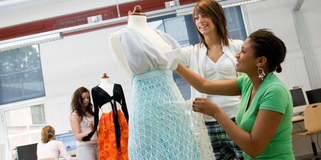Videregående elever på yrkesfag med tekstil/søm.