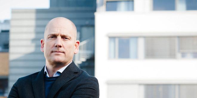 Steffen Handal står alene på et tak og ser alvorlig ut.