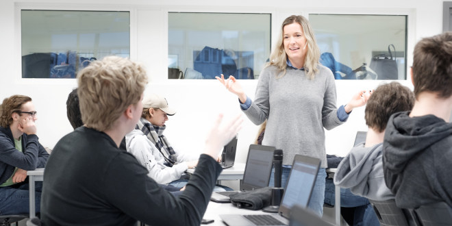 Kvinnelig lærer i klasserom