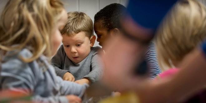 Barn inne i barnehage