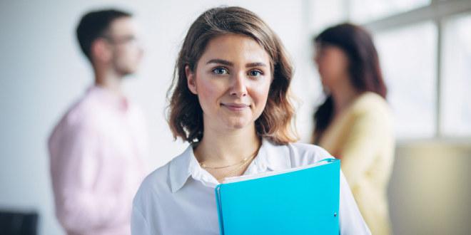 Illustrasjonsfoto av lærer som kikker smilende inn i kamera.