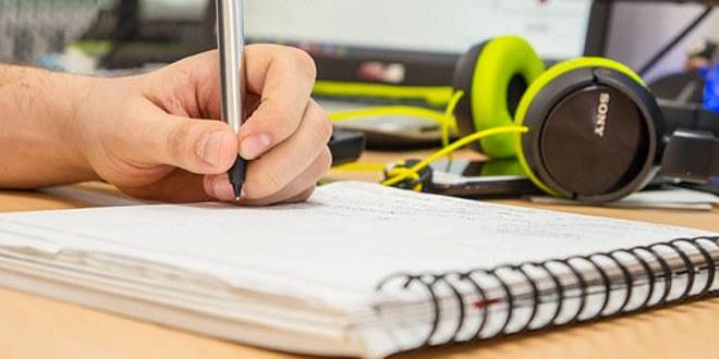 Illustrasjonsfoto av student som jobber