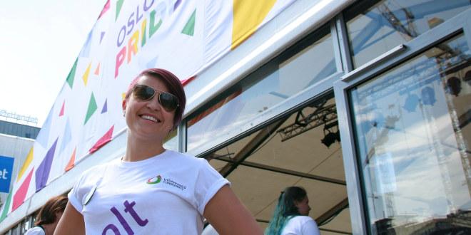 Sentralstyremedlem Ann Mari Milo Lorentzen i fargerik t-skjorten foran en tidligere Oslo Pride-stand.
