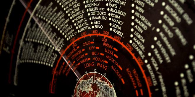 Utsnitt fra en gammel trolløye-radio med navn på byer