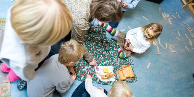Illustrasjonsfoto av barnehagelærer sammen med barn