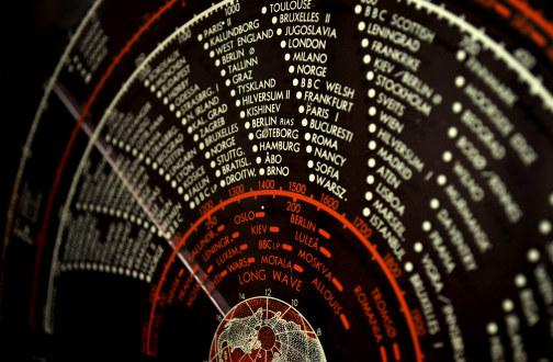 Illustrasjonsbilde som viser utsnitt av en gammel radio
