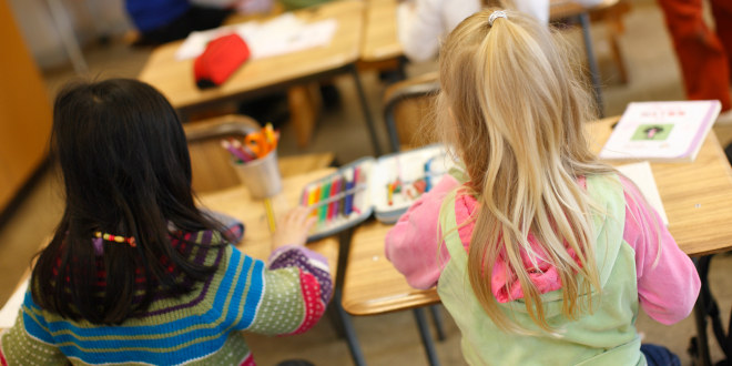 Illustrasjonsfoto av to jenter i et klasserom.