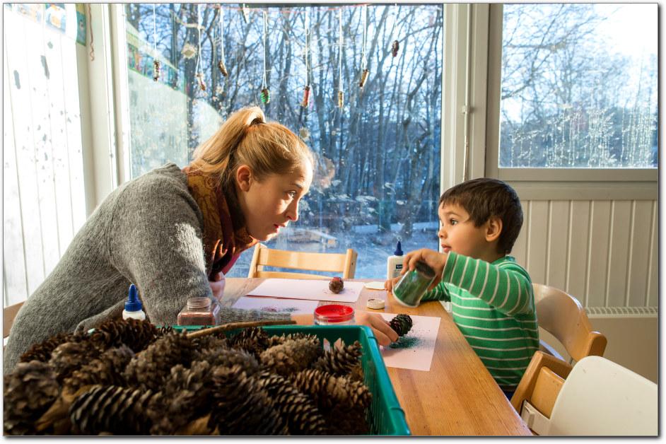 Barnehagelærer leker med et barn