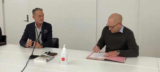 Steffen Handal, forhandlingsleder for Unio kommune, signerer ny hovedtariffavtale.