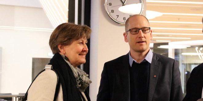 Steffen Handal og Mette Nord står sammen og snakker.