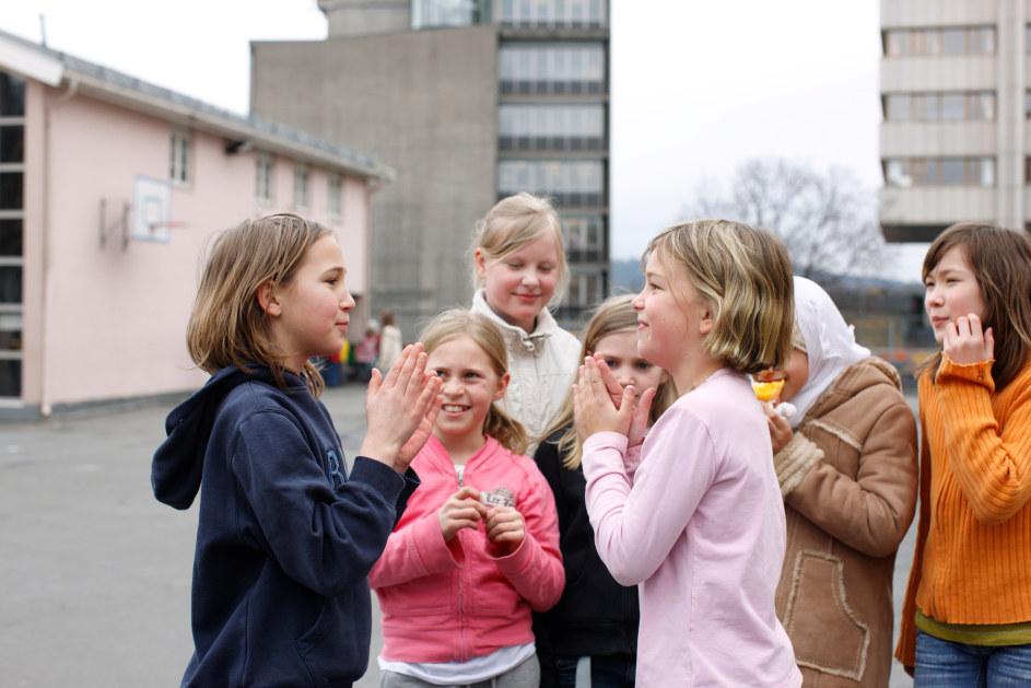 Ruseløkka skole, skolegård, lek, barn, friminutt, venner, aktivitet, heldagsskole, ute, glede